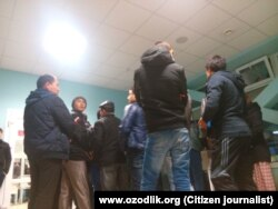 Ресей шекарасынан өтуге кезекке тұрған Өзбекстан мигранттары. (Көрнекі сурет)