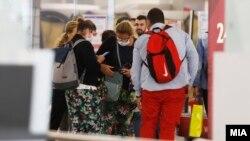 Патници со маски на скопскиот аеродром, 30.01.2020