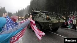 Американских солдат приветствуют жители чешского города Гаррахов. 29 марта 2015 года.