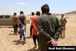 """Сириядағы күрд және араб күштері альянсы """"Ислам мемлекеті"""" экстремистік тобының мүшелері деген күдікпен тұтқындаған адамдар. Манбидж маңы, Сирия, 31 мамыр 2016 жыл. Көрнекі сурет."""