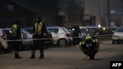 Сотрудники полиции стоят на месте преступления. Копенгаген. 14 февраля 2015 года.