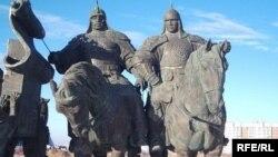 Пам'ятник співзасновникам Казахського ханства ханам Жанібекові і Кереєві на околиці Астани, архівне фото