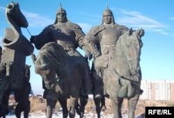 Памятник основателям Казахского ханства Жанибеку и Керею в Астане. 17 ноября 2009 года