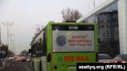 Paytaxtdakı avtobuslarda, əsasən, bir namizədin – Özbəkistan prezidenti vəzifəsini müvəqqəti icra edən baş nazir Shavkat Mirziyayev-in reklamı diqqət çəkir.