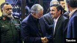 محمود احمدینژاد (سمت راست) در مراسم ختم مادر قاسم سلیمانی، دست وی را میفشارد.