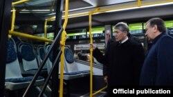 Президент Алмазбек Атамбаев на производстве автобусов во время визита в Самарканд. 24 декабря 2016 года.
