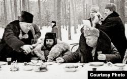 Фидель Кастро и Никита Хрущев на зимнем пикнике