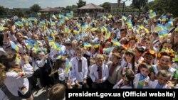 Учні Ямницького ліцею під час зустрічі з президентом України Петром Порошенком. Івано-Франківська область, 31 травня 2018 року
