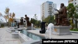 Aşgabatda türkmenleriň taryhy gahrymanlarynyň hormatyna gurlan ýadygärlikler toplumy. Aşgabat, 2011.