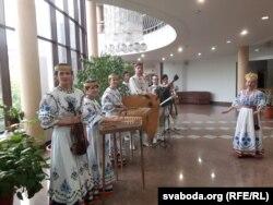 Ансамбль Вязынка з МТЗ вітаў беларускімі і ўкраінскімі песнямі.