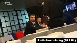 Суддя Павло Вовк (на передньому плані) з народним депутатом Олександром Грановським у ресторані в центрі Києва, 16 травня 2016 року