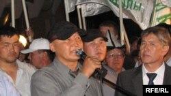 Сторонники оппозиции ожидают сегодня услышать обращение ее лидеров.
