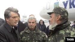 """Президент Украины Виктор Ющенко встречает экипаж """"Фаины"""""""