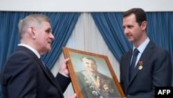 Президент Сирии Башар Асад принимает подарок российской парламентской делегации. Дамаск, 11 марта