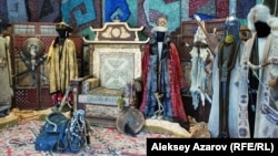 Образцы одежды, оружия, трон для сериала «Казах ели». Алматы, 6 марта 2015 года.