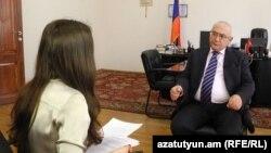 Председатель Центральной избирательной комиссии Тигран Мукучян дает интервью корреспонденту Радио Азатутюн, Ереван, 17 декабря 2015 г.