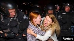 Protestuesit reagojnë kundë policisë ukrainase gjatë protestës për rastin e dhunimit të një vajze te re, 19 korrik 2013
