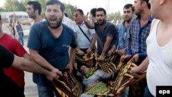 Түркияның оңтүстік-шығысындағы күрдтер көп тұратын Диярбакыр қаласында болған жарылыстан жараланған әйелді алып барады. Маусым 2015 жыл. (Көрнекі сурет).