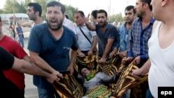Թուրքիա - Մարդիկ օգնություն են ցուցաբերում պայթյունների հետևանքով տուժածներին, Դիարբեքիր, 5-ը հունիսի, 2015թ․