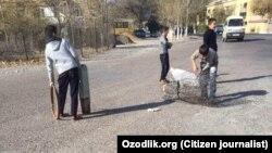 Школьники в городе Бекабаде (Ташкентская область) занимаются сбором металлолома.