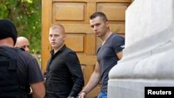 Rəsmləri oğurlamaqda şübhəli bilinən Eugen Darie (ortada) and Radu Dogaru (sağda)