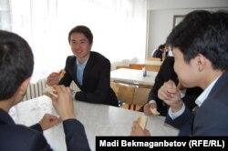 Мектеп асханасында отырған оқушылар. Алматы, 13 қыркүйек 2013 жыл.