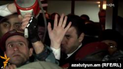 Генеральный прокурор Армении Геворк Костанян выступает перед протестующими в Гюмри