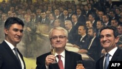 Hrvatski predsjednik Ivo Josipović, premijer Zoran Milanović i predsjednik Sabora Zoran Šprem nakon objavljivanja rezultata referenduma u Hrvatskoj, siječanj 2012.