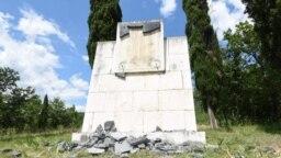 Polomljene mermerne ploče na spomeniku na Ravnom lazu, nadomak Podgorice, na mjestu gdje je donijeta odluka o podizanju Trinaestojulskog ustanka protiv fašista u Drugom svjetskom ratu. 24. maj 2020.