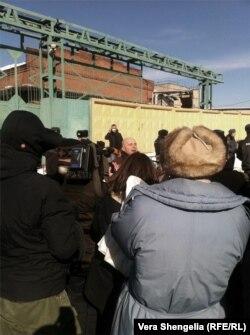 """Олег, бритый молодой человек с гитарой, активист """"Левого фронта"""", стоит в центре небольшого круга людей. Поет советские эстрадные хиты. Фото: Вера Шенгелия"""
