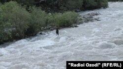Тажикстан -- Варзоб районундагы дарыя.