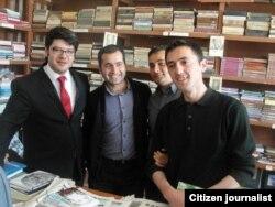 Турал Аббаслы (справа), Бахтияр Гаджиев (в центре) и их посетители, Баку, 26 апреля 2012 (фото Айдын Хана)