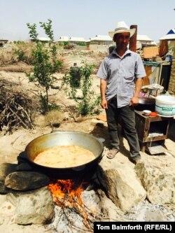 Үйлену тойына палау пісіріп жатқан ер адам. Ошоба ауылы, Тәжікстан, сәуір, 2015 жыл.