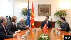 Средба на премиерот Никола Груевски со посредникот на ОН Метју Нимиц на 20 февруари 2012 во Скопје.
