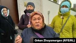 Халида Акытхан обращается к репортеру перед воротами посольства Китая в Казахстане. Нур-Султан, 21 сентября 2021 года