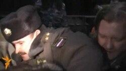 Polis Rusiya MSK qarşısında piketi dağıdır