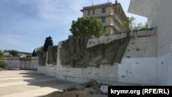 Граффити возле обелиска «Штык и парус», Севастополь
