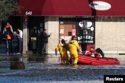 Salvatorii transportă locuitori ai New Yorkului scoși în bărci din casele lor după inundațiile ce au urmat furtunii Ida - New York, SUA, 2 septembrie 2021