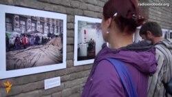 Світ у відео: «Україна біжить крізь це» – в Тбілісі відкрилася фотовиставка про події війни в Україні