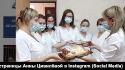 Анна Цивилёва вручает подарки врачам