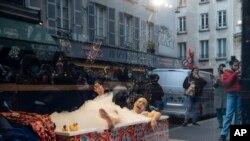 Paris: teatru în pandemie, spectacol în vitrina unui magazin, Franța, 11 aprilie 2021.