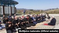 Klanjanje dženaze-namaza ubijenim Bošnjacima Vlasenice (24. april)