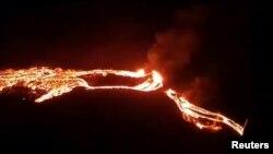 Извержение вулкана Фаградалфьяль в Исландии.