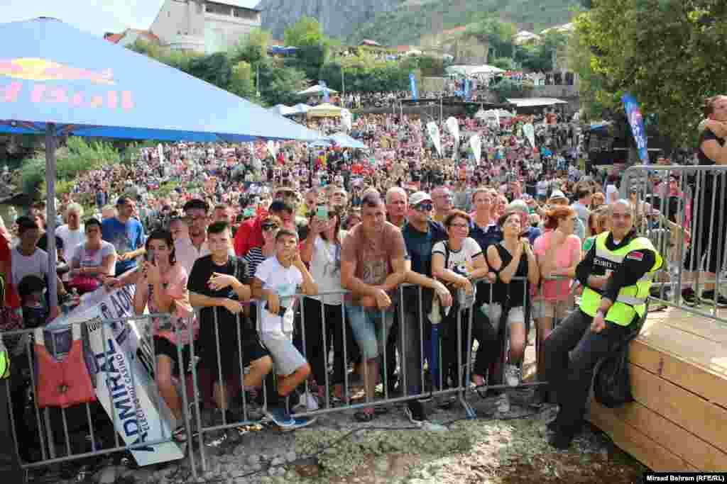 Red Bull skokovi održani su u prisustvu nekoliko hiljada gledalaca na platou ispod Starog mosta u Mostaru.