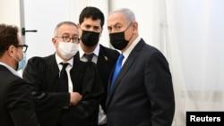 بنیامین نتانیاهو، نخستوزیر اسرائیل همراه با وکلایش در جلسه دادگاه