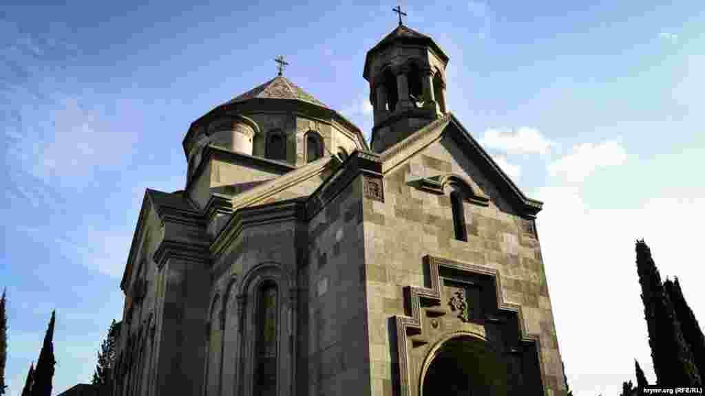Дах храму вінчає головний купол із хрестом і колонна дзвіниця з дзвонами над центральним входом