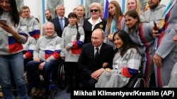 Президент РФ Владимир Путин и члены паралимпийской сборной России, архивное фото