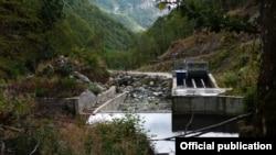 "Малата хидроелектрана ""Теарце97"" во НП Маврово. Извор: ""Еко-свест."""
