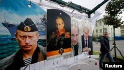 Portrete ale președintelui Vladimir Putin la o tarabă în centrul orașului Sankt Petersburg, 31 august 2014