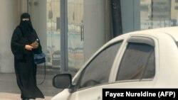 سعودي په دې وروستیو کې ښځو ته اجازه ورکړه چې موټر وچلوي.